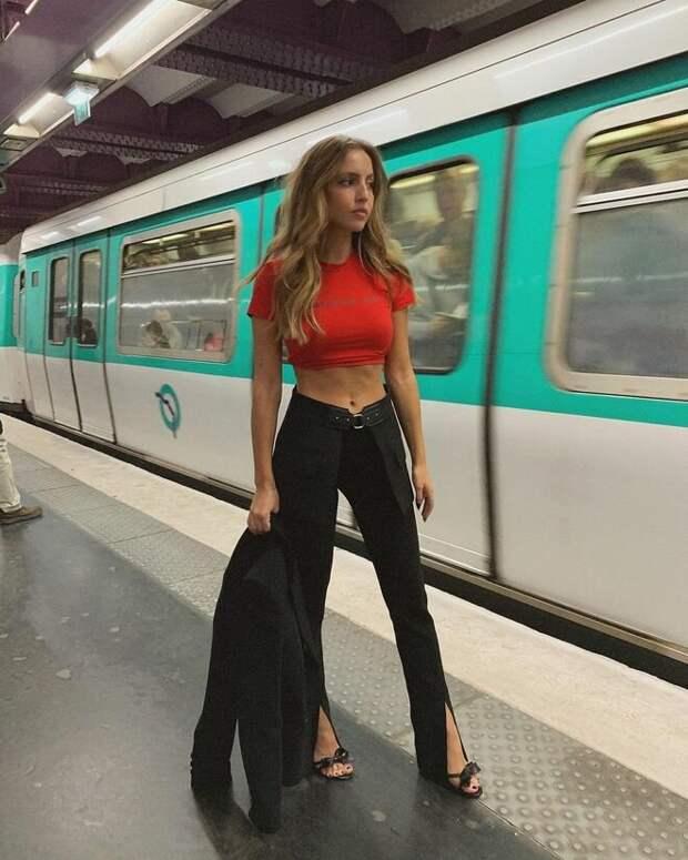 Задорные разрезы – модная тенденция брюк 2021