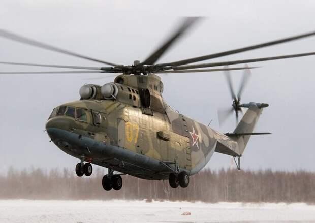 Российский МИ-26 (по классификации НАТО - Halo) - не только крупнейший вертолет в мире, но еще и самый быстрый среди тяжелой транспортной братии. Его максимальная скорость - 295 км/час, крейсерская - 265 км/час. Вертолет оборудован двумя газотурбинными двигателями мощностью 11,400 лошадиных сил каждый, способен преодолеть расстояние 800 км и подняться на высоту 4600 метров.