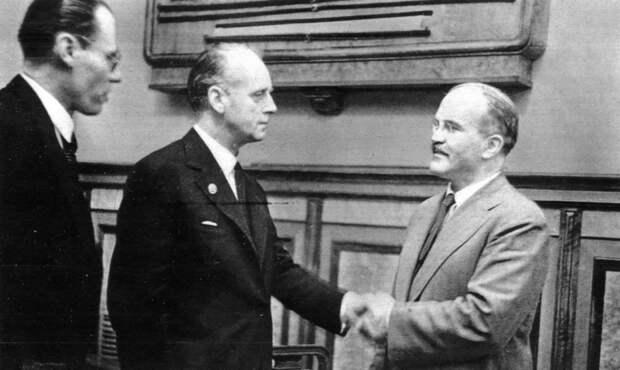 Молотов и Риббентроп после подписания советско-германского договора о дружбе и границе между СССР и Германией. Москва, 28 сентября 1939 года