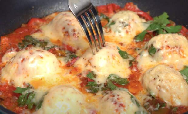 Завтрак как в турецком отеле: выкладываем половинки яиц на сковороду и жарим