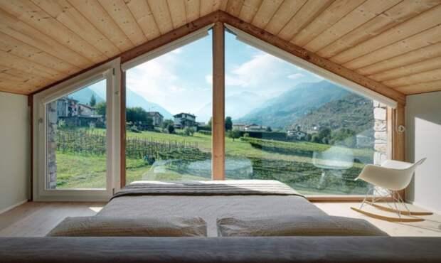S. V. House. Спальня с широким окном.