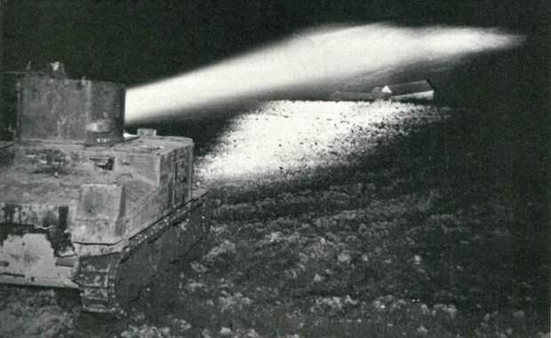 Световой луч прожектора можно было направить вперед на 2 километра. | Фото: firearmcentral.wikia.com.