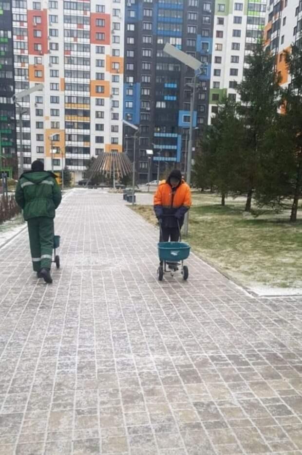 Коммунальщики в Северном оперативно обрабатывают дороги и тротуары