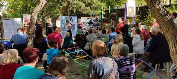 Жители многоэтажки в Симферополе организовали торжественный концерт для ветеранов