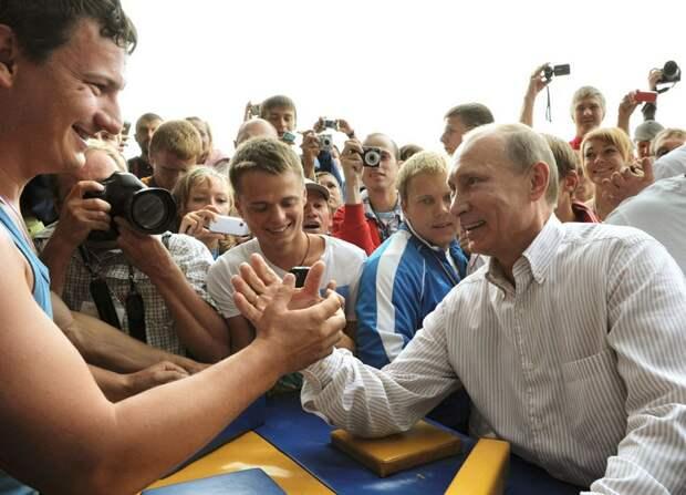 Путин участвует в соревнованиях по армрестлингу в летнем лагере молодежной организации «Наши» на озере Селигер, в центре Тверской области, 1 августа, 2011 года. В лагере собрались тысячи юных активистов из 84 областей России.