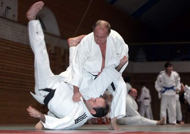 Президент РФ проводит мастер-класс по дзюдо во время визита в Санкт-Петербург, 18 декабря 2009 года.