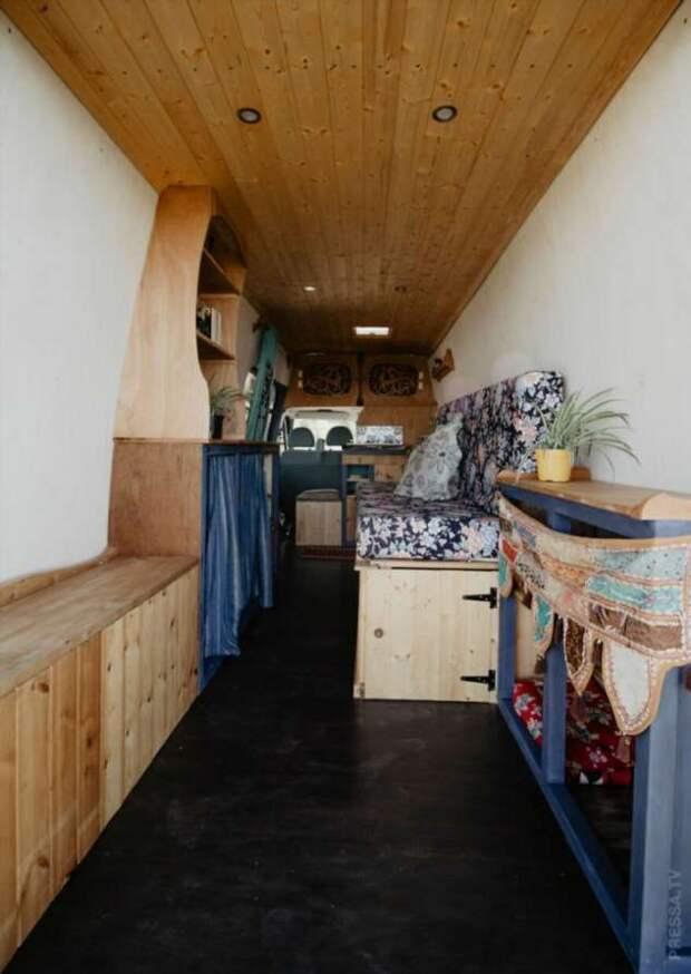 Утеплённый дом на колёсах Ford Transit