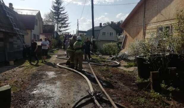 Взрываются баллоны: 13 садовых домов горят под Екатеринбургом