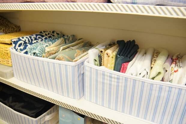 Постельное белье можно хранить вертикально в корзинах. / Фото: garderobus.ru