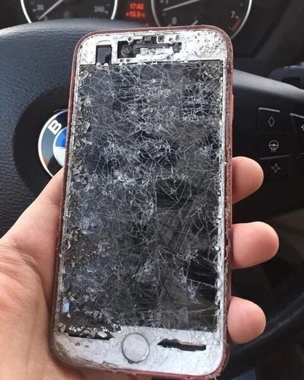 Юрист рассказал, зачем он всегда возит в бардачке автомобиля разбитый телефон