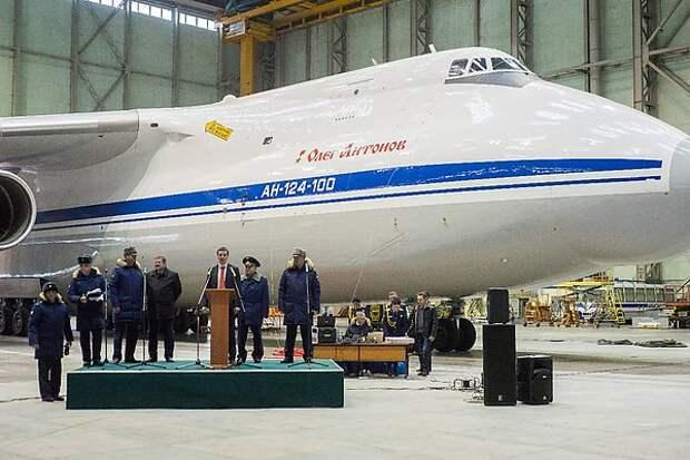 """Модернизированному самолету Ан-124 присвоили почётное имя """"Олег Антонов"""""""