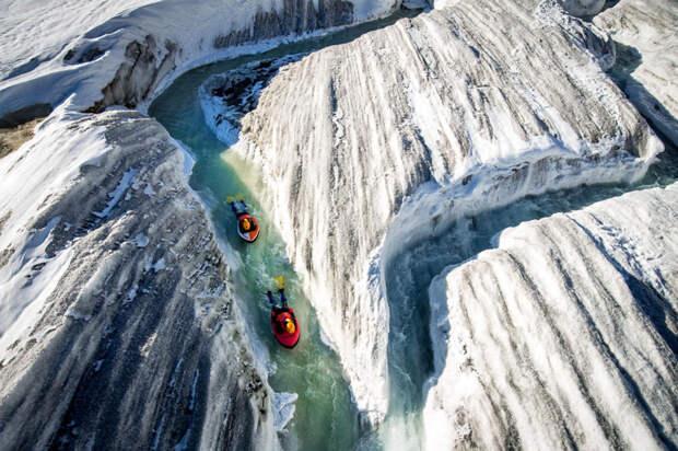 Гидроспидинг в альпийских ледниках: 10 захватывающих фото экстремального сплава на специальных досках