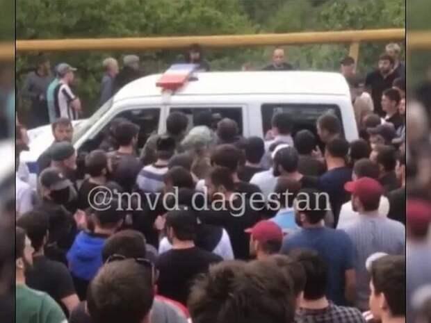 ВДагестане толпа пыталась отбить уполиции пьяного водителя