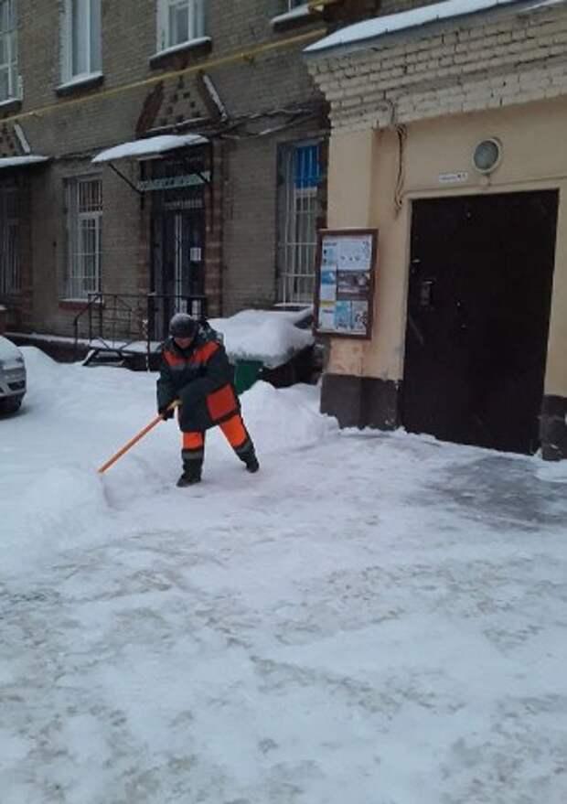 Борьбу со снежной стихией в Ростокине ведут 77 рабочих и 15 единиц техники