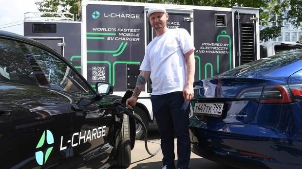 В России создали первую в мире мобильную зарядку для электромобиля Tesla и других