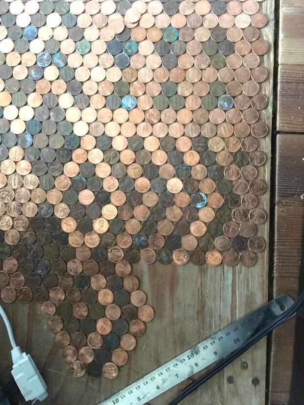 Женщина сделала потрясающий пол из монет