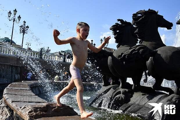 Купаются в фонтанах и прячутся в тени: как москвичи спасаются от аномальной жары