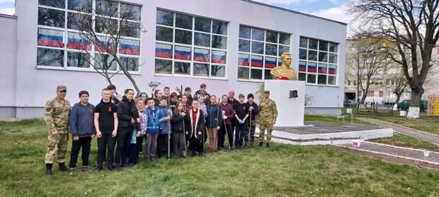 Военнослужащие Управления Росгвардии по Калининградской области помогли подшефному классу привести в порядок памятник
