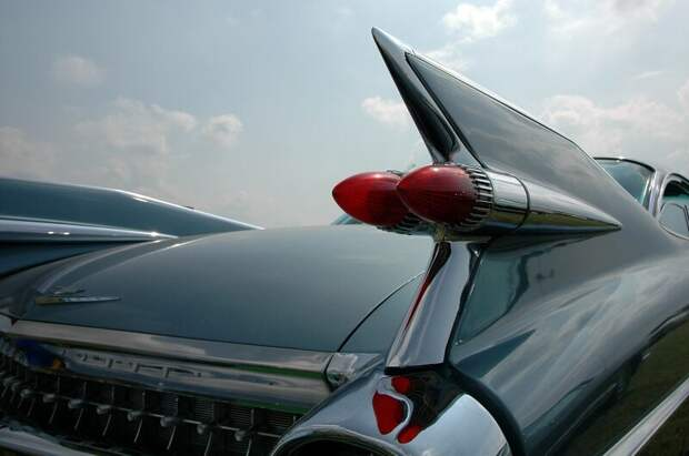 Авто, похожие на ракеты заполонили рынок. Кадиллаки и Крайслеры, огромного размера, с острыми крыльями рассекали по просторам Америки автомир, интересное, красота, плавниковый стиль, факты
