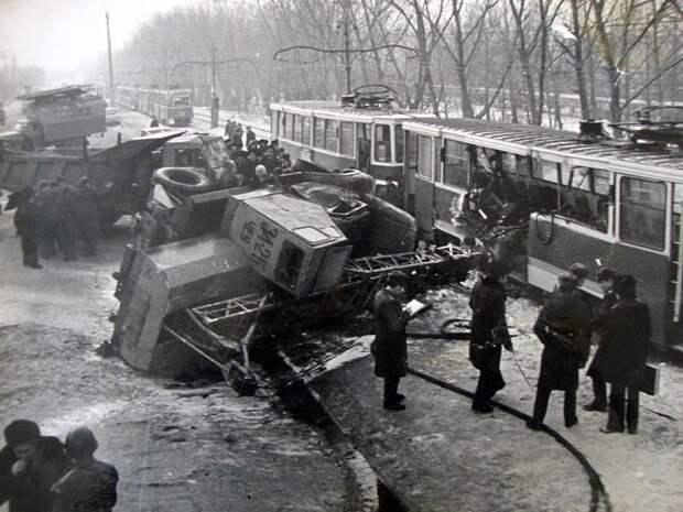 Челябинск. 22 декабря 1980. В аварии участвуют: КАМАЗ, трактор, ЗиЛ 130 и трамвай. СССР, аварии 18+, трагедии