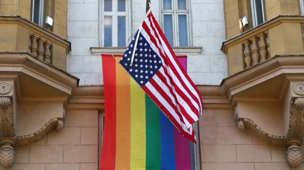 Госдеп США разрешил посольствам вывешивать флаги ЛГБТ