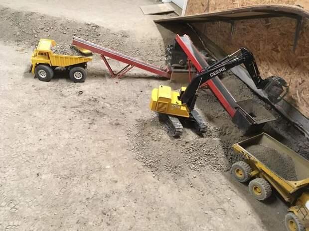 Канадец 14 лет копает подвал с помощью радиоуправляемых игрушек – экскаваторов, бульдозеров и грузовиков