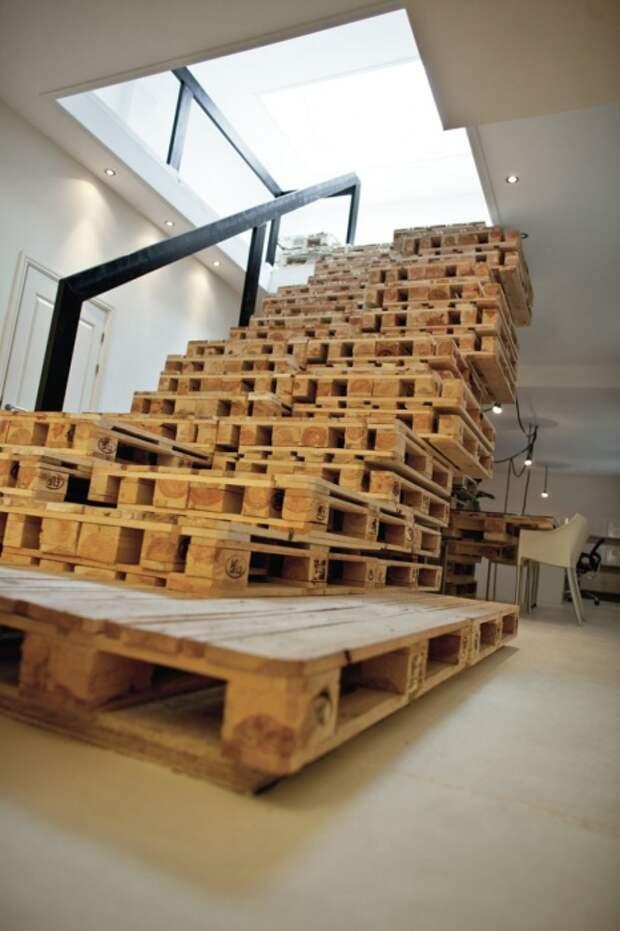 Лестница, выполненная из поддонов, принесет разнообразие в традиционную обстановку помещения.