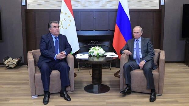 Путин вместе с Рахмоном прибыл на Красную площадь