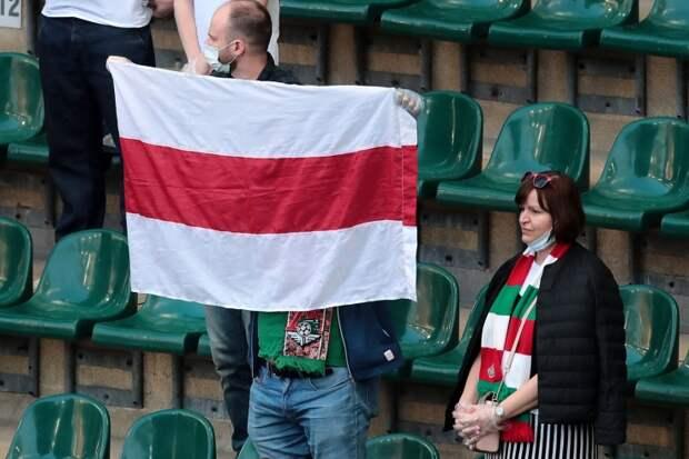 На стадионах запретили красно-белый флаг