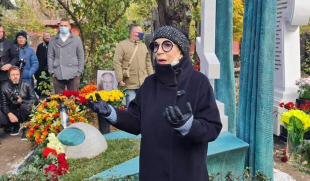 «Занималась с ним во сне любовью»: интимные откровения 77-летней Чуриковой на могиле Захарова