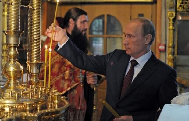 Путин в храме поставил свечки за тех, кто пострадал, защищая людей в Новороссии