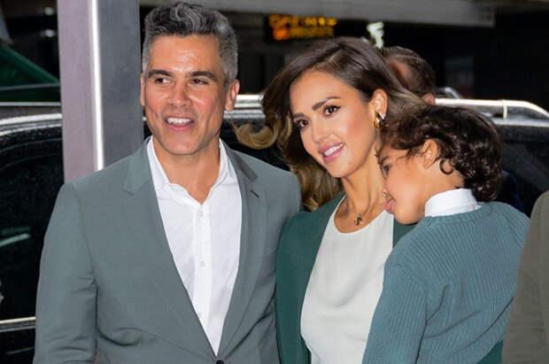 Джессика Альба впервые за долгое время вышла в свет вместе с мужем и детьми