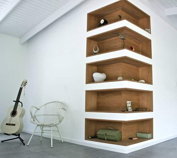 Интересный пример удачного декора комнаты благодаря такому угловому шкафу.
