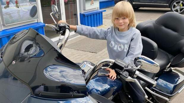 Плющенко с сыном приехали на тренировку на мотоциклах. 8-летний Гном Гномыч сам вел байк: видео