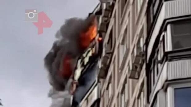 Пожар начался в жилом доме на севере Москвы