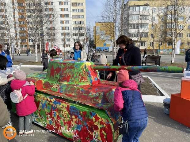 Жители Ноябрьска раскрасили яркими красками танк