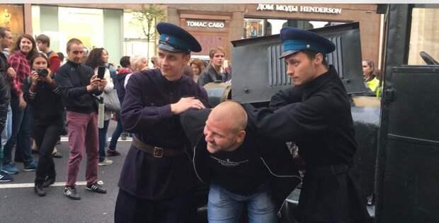 Альбац - Собянину: Как можно было позволить чтобы люди в форме кровавых монстров НКВД разгуливали по центру нашего города?