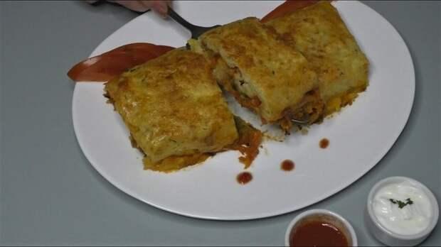 Фото к рецепту: Рулет картофельный с овощной начинкой