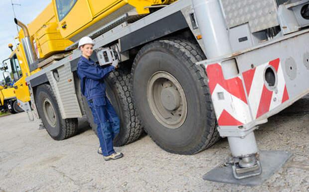 Женщинам разрешат водить тяжелые грузовики и ремонтировать автомобили