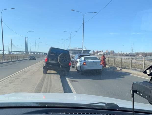 В Петербурге — 9-балльные пробки. Перед въездом на ЗСД с Васильевского водителям приходится карабкаться на поребрик
