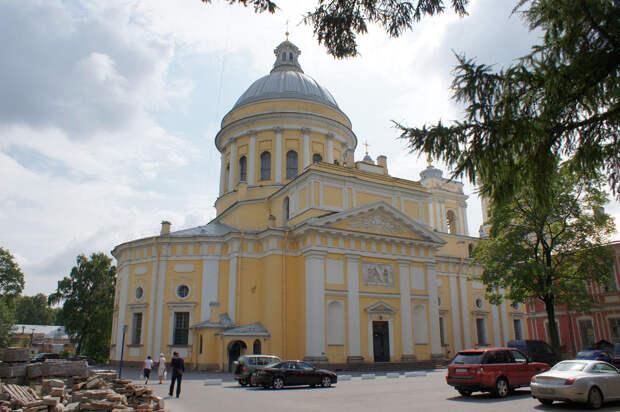 В Петербурге неадекватного послушника пытаются снять с крыши Александро-Невской лавры