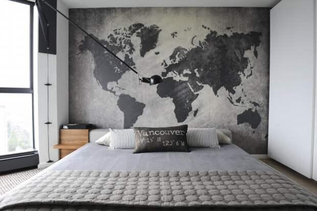 Атмосферная спальня в лофтовом духе. Очень гармонично выглядит графика в интерьере в виде большой карты мира на всю стену