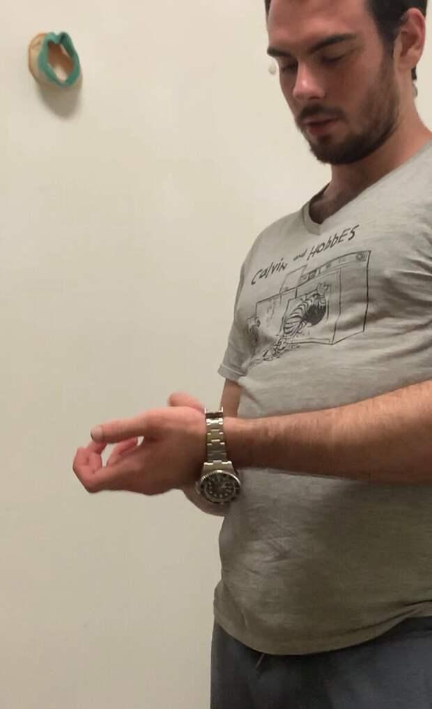 На следующий день он поехал на рынок подделок и купил Rolex, убеждая нас, что часы настоящие, за 300 к😂 видимо, жизнь в богатом семействе дала свои плоды