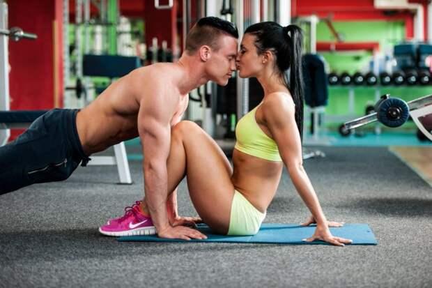 Девушка целует парня на занятии спортом