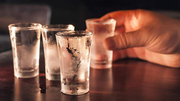 Нарколог объяснил, почему переболевшим COVID-19 нельзя алкоголь
