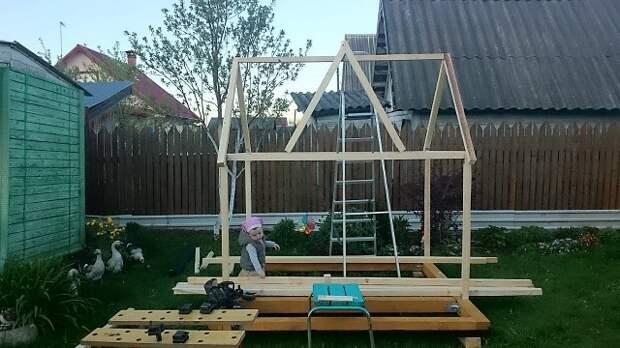 Папа построил домик для дочери. Пора оценить мастерство!