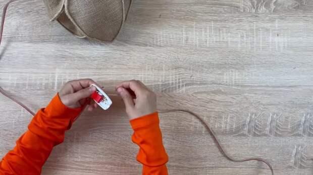Крутую и полезную вещицу можно смастерить из мешковины и пластиковой бутылки