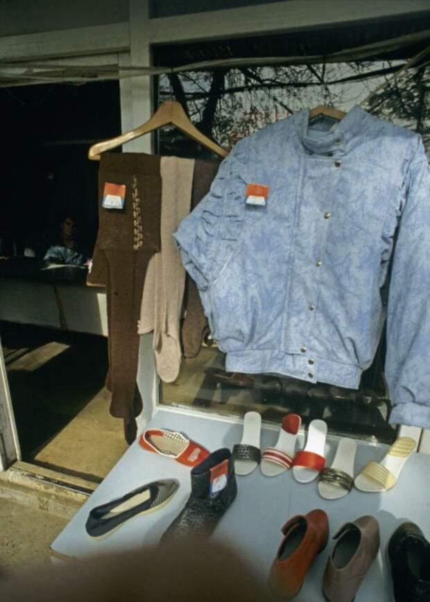 Вся одежда и обувь в основном покупалась на рынках. Качество было соответствующим мода, ностальгия, одежда 90-х, перестройка, уродливые вещи