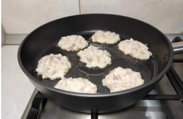 Я просто посыпаю минтай крахмалом, добавляю пару яиц и готовлю «вкуснятину» на сковороде