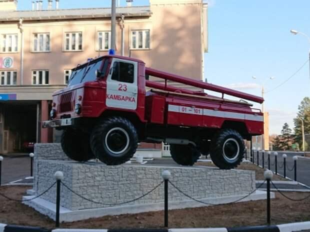 Памятник пожарному автомобилю открыли в Камбарке